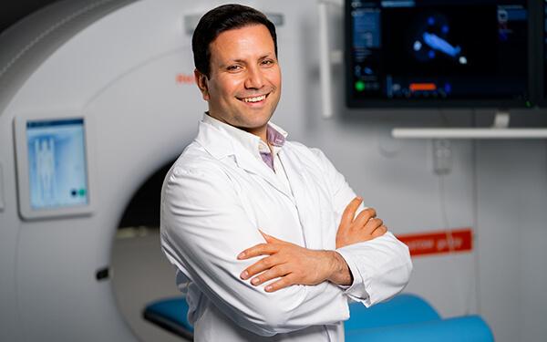 Chefarzt Turan Ocak am MRT